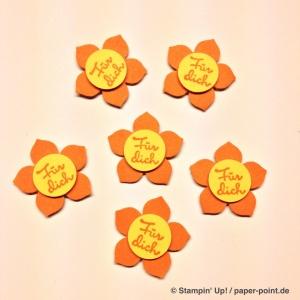 """Kleine Blüte ausgestanzt aus Farbkarton Kürbisgelb, Stempel """"Für Dich"""" in Kürbisgelb auf Farbkarton Osterglocke, ausgestanzt mit 1/2"""" Kreis"""